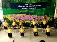 """Tiết mục múa """"Bông hồng tặng mẹ và cô"""" của học sinh điểm Tập Trung. Hội thi 'Tiếng hát trẻ thơ"""" năm 2016"""